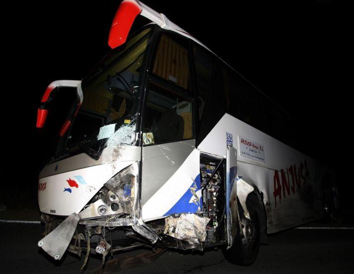 Foto 2 - Fallece un conductor de un turismo tras colisionar con un autobús en Cidones