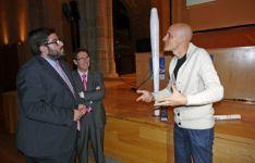 Yáñez explica el funcionamiento del aerogenerador Vortex, al fondo./AvR