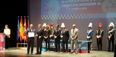 Alberto Carrasco recoge el diploma de reconocimiento. / Dip.