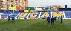 Varios jugadres sobre el terreno de juego en Murcia. UCAM Murica