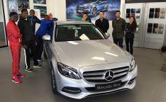 Los atletas, con un Mercedes-Benz A 200 CDI.