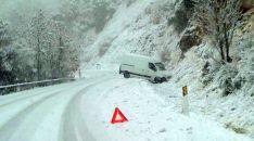 Una furgoneta tras deslizarse por el hielo en la SO-615, cerca de Oncala. /Agustín Sandoval
