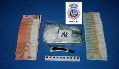 Cocaína y dinero incautados a los detenidos. / EPCYL