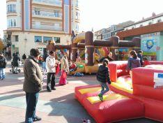 Zancos y mucho color en la plaza de Mariano Granados. /SN