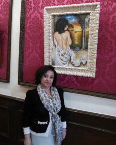 Purificación Romero, junto a uno de sus cuadros en el Casino.
