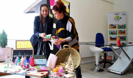 Natalia Briongos y Patrica Pascual (dcha.) con los artículos artesanos. / SN