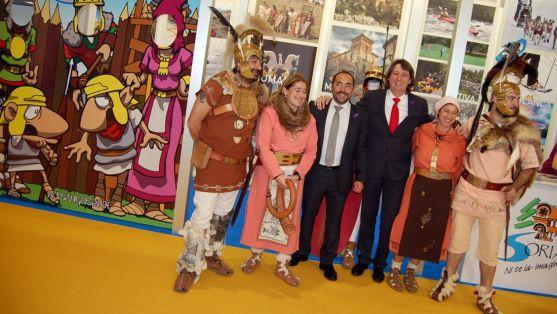 Rey y Mínguez con miembros de Tierraquemada en el stand de Soria./Dip