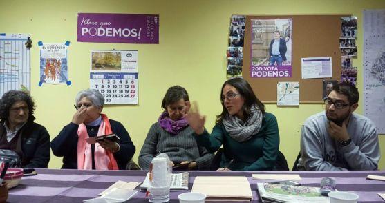La aforada (2ª dcha.) en la sede de Podemos.