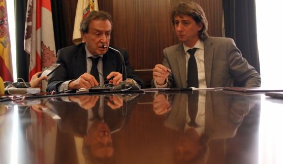 El vicepresidente de la Junta y el alcalde en rueda de prensa este miércoles. / SN