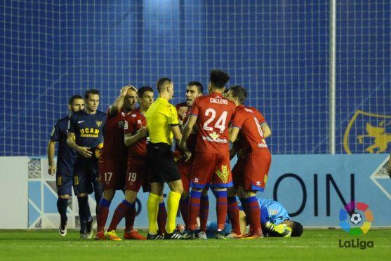 Los jugadores rojillos protestan a Eiriz Mata. LFP