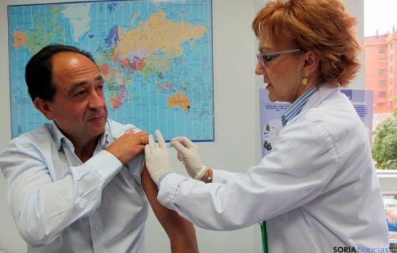 El delegado territorial de Soria se vacuna de la gripe. /Archivo