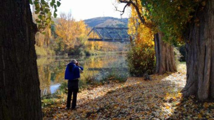 Un turista, en las orillas del río, en las inmediaciones del puente de hierro. / SN