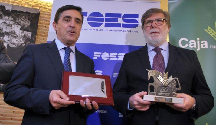 Martínez (izda.) y Aparicio en el homenaje de recononcimiento a la entidad financiera. / SN