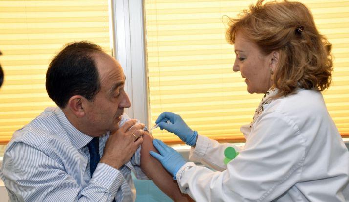 Manuel López, delegado territorial de la Junta en Soria recibe la vacuna este martes. / Jta.