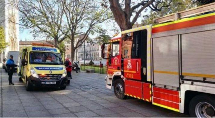 Bomberos y una ambulancia a las puertas del Instituto Zorrilla./EPCYL