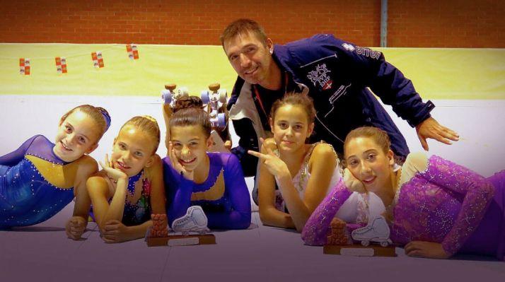 Las patinadoras con su entrenador./CDPS