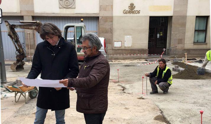 El alcalde (izda.) con el técnico municipal encargado de las obras. / Ayto.