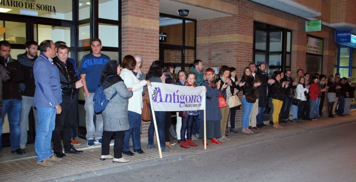 Concentración a las puertas de Diario de Soria este jueves./SN