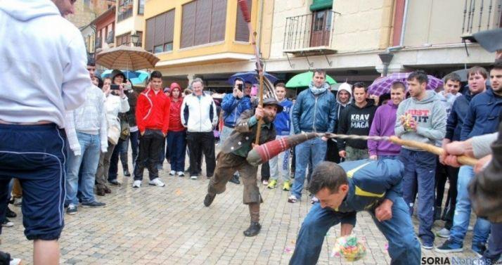 Zarrones soltando 'zambombazos' en las fiestas de San Pascual Bailón. / SN