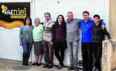 El grupo que trabaja en Aña Miel Solidaria. /David Almajano