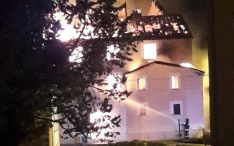 Un bombero trata de sofocar las llamas.