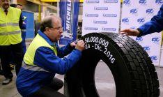 Herrera estampa su firma en el neumático 50 millones de camión fabricado por Michelin en Aranda./Jta.