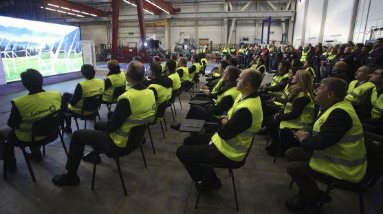 Empleados y responsables de la firma en la planta de Ágreda este martes. / SN