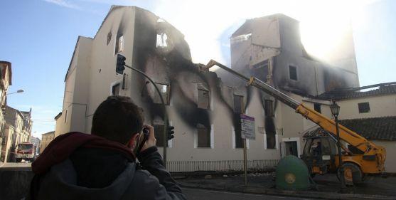 Labores de demolición de la fábrica pasto de las llamas. / SN