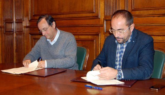 Luis Rey (izda.) y Antonio Taboada en la firma del convenio. / Dip.