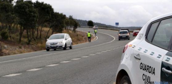 Agentes de la Guardia Civil de Tráfico en una carretera soriana. / SN