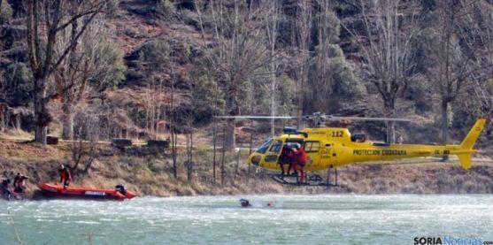 El helicóptero de salvamento en unas maniobras en el Duero. /SN