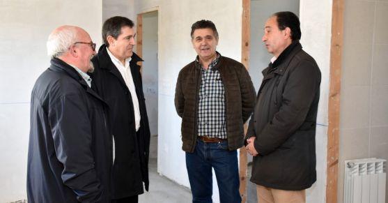 López (dcha.) con el alcalde de Navalcaballo, Carmelo Ayllón. /Jta.