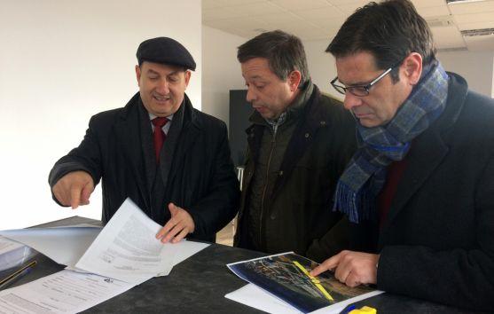 Martín, (dcha.), Sainz y el empresario que reclama la Ronda Suroeste.