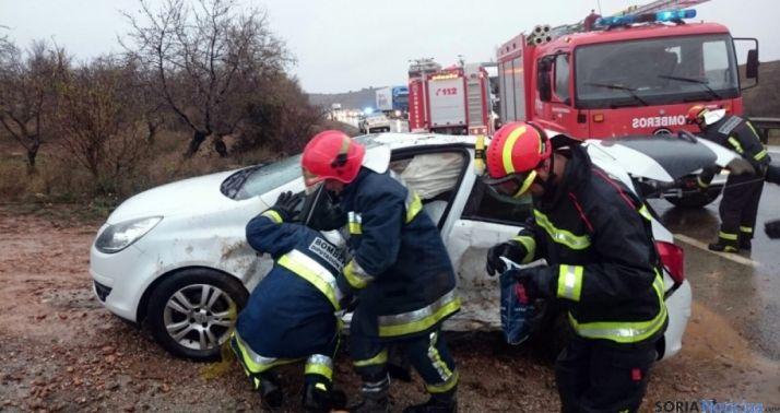 Bomberos voluntarios en un accidente en la zona del Moncayo.