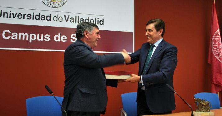 Jesús Ciria (izda.) entrega la placa de homenaje a Carlos Martínez, presidente de la Caja Rural. /SN