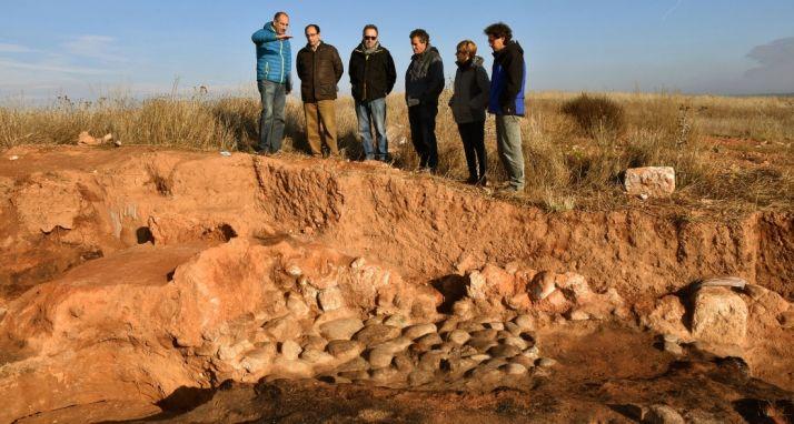 J. Pedro Benito, Manuel López, Carlos de la Casa, Alberto Sanz, Elena Heras y Carlos Tabernero en la excavación./Jta.