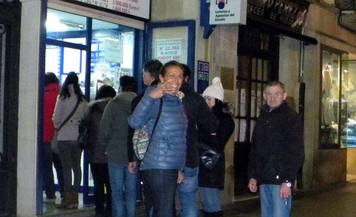 Apostantes a la espera de comprar lotería esta Navidad en la capital. / SN