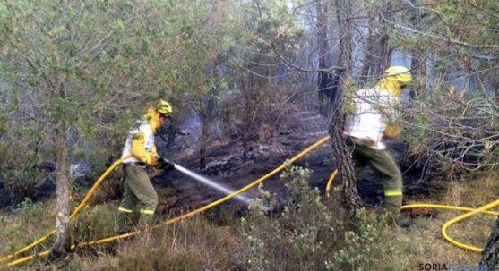 Operarios de la BRIF en tareas de extinción del incendio. /SN