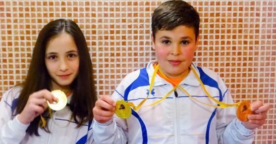 Los deportistas con sus medallas./CBS