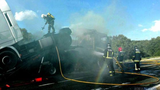 Voluntarios olvegueños en el incendio de un camión./SN