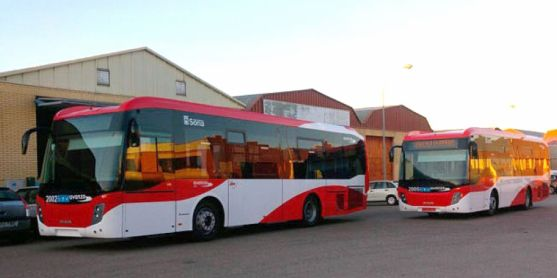 Dos de los nuevos autocares del servicio en la capital.