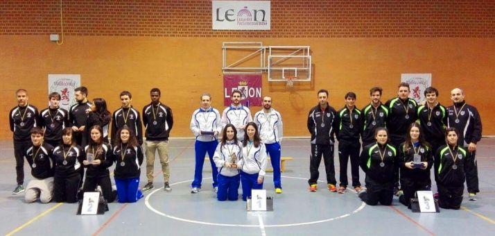 Los sorianos, en el centro, con su trofeo.