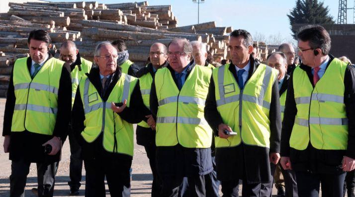 Herrera, en su visita este martes a una empresa maderera en León. /Jta.