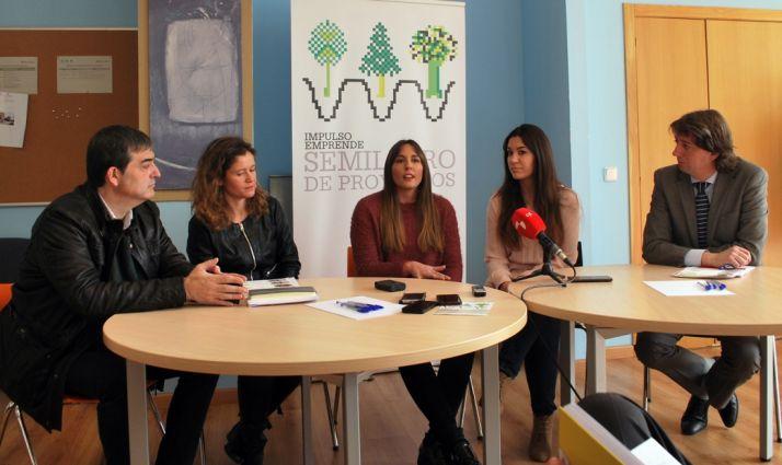 Noelia Rincón (ctro.) con María Martínez (dcha.) habla de su proyecto. /SN