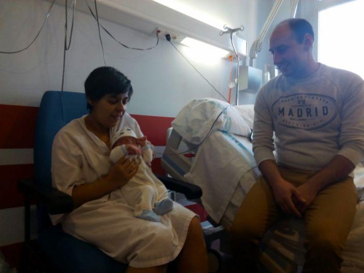 Enzo junto a sus padres en el hospital. SN
