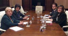 Angulo y Cabezón (dcha.) con responsables ministeriales.