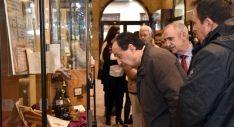 López observa un expositor junto al director del centro y el director de Educación./Jta