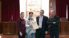 La autora, con el diploma del premio./AA