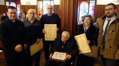 El sacerdote centenario, en el centro./DOS