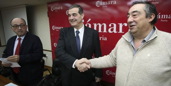 Gómez (dcha.) y Santamaría sellan su compromiso en presencia de Lázaro. /SN
